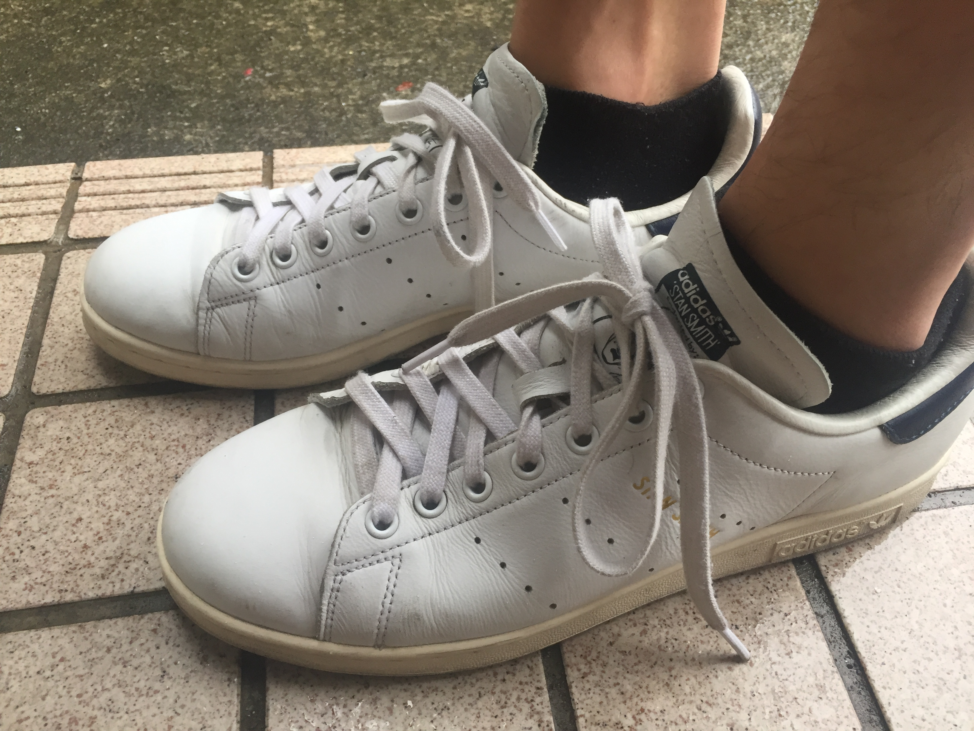 靴から靴下が見える