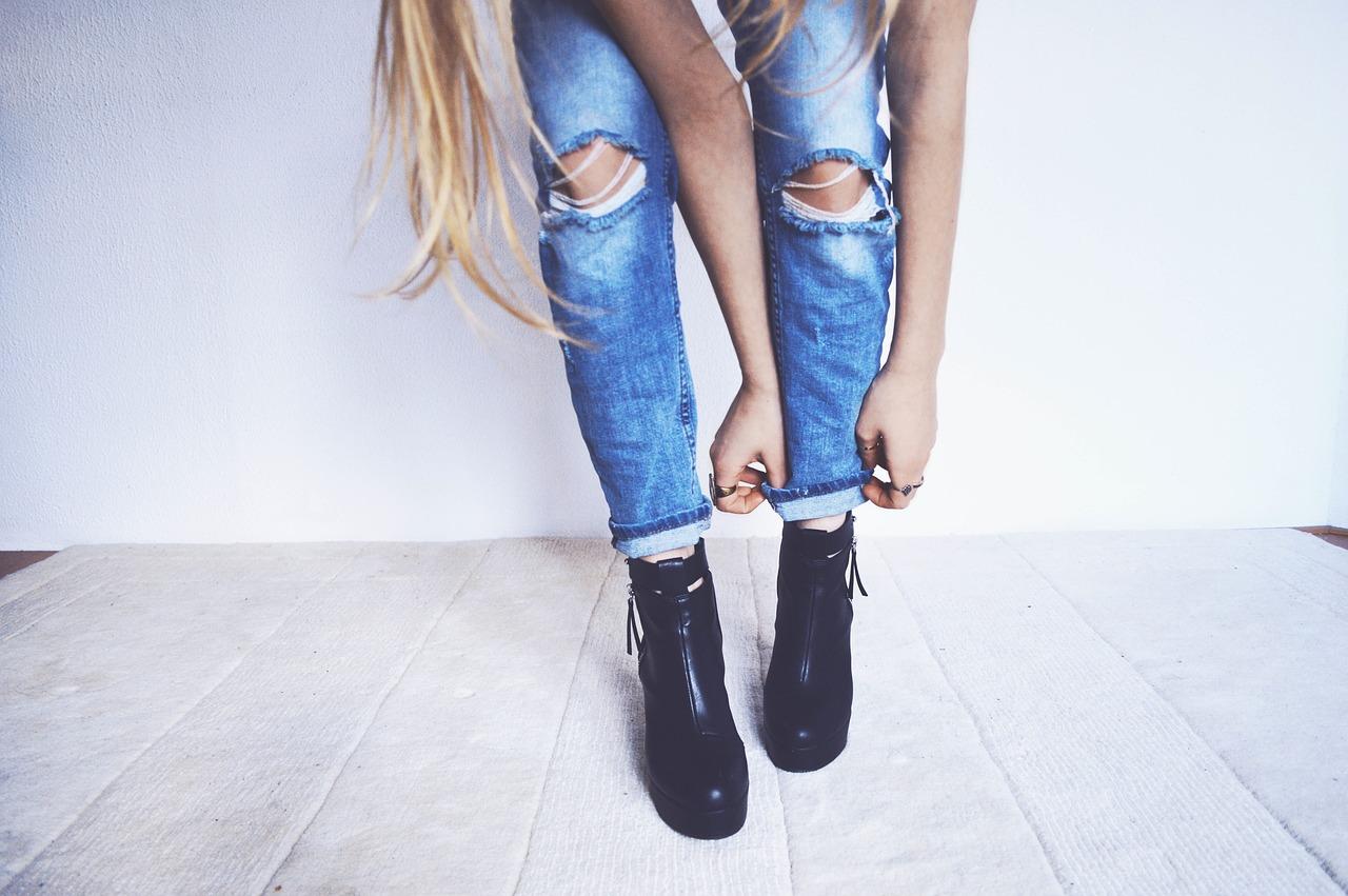 夏でも履けるデニムパンツの選び方