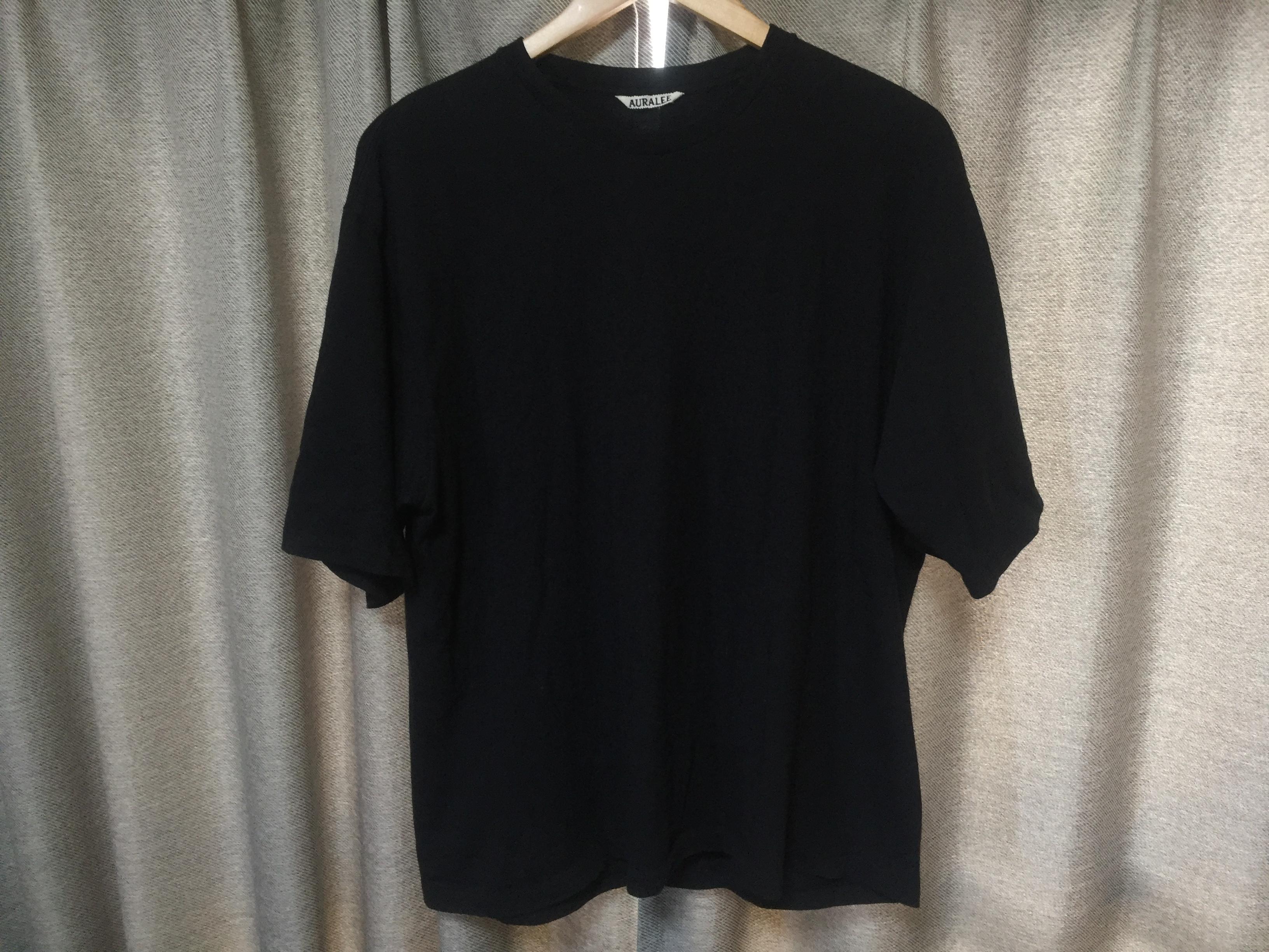 オーラリーの黒Tシャツ