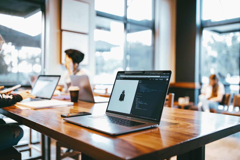 なぜMacBookユーザーはスターバックスでドヤるのか