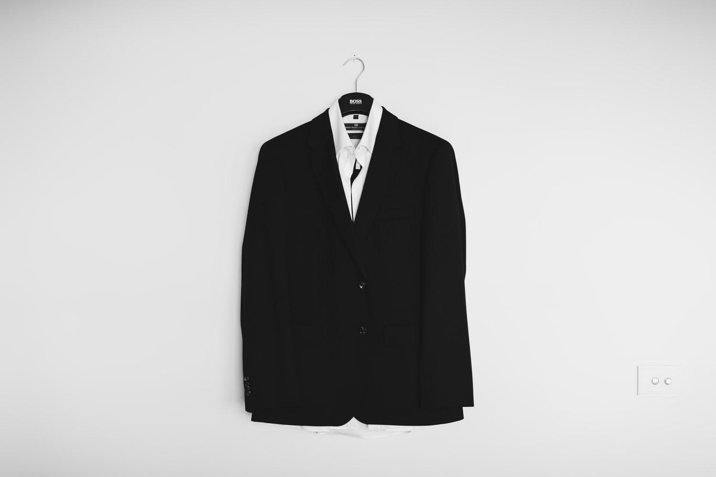 喪服を私服やスーツで代用するのはNG。持ってない人はレンタルしよう【ミニマリスト】