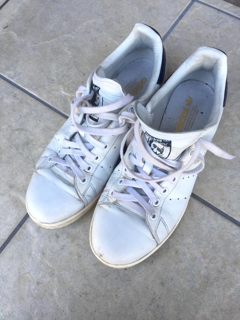 汚れのある白スニーカー(スタンスミス)