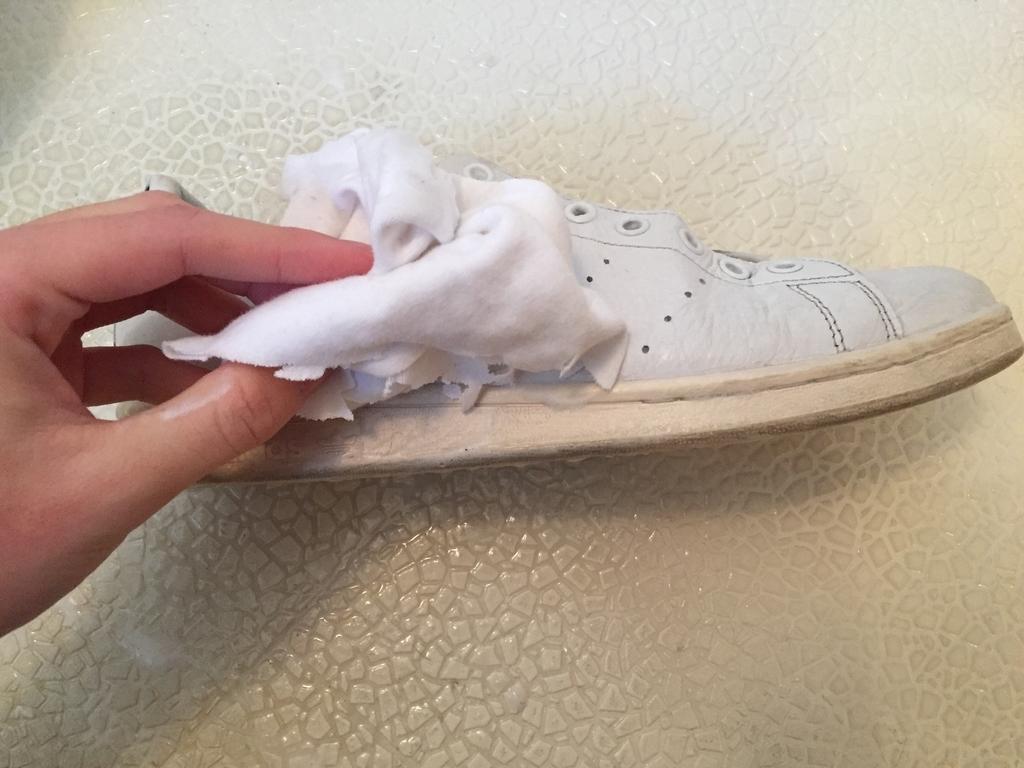 白スニーカーを拭き取る画像