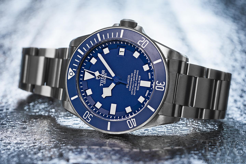 ネイビーの腕時計